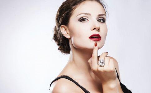 女人如何选购口红 涂口红的注意事项 选购口红的方法