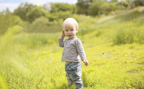 究竟宝宝穿什么学步鞋好呢 首先首选皮鞋