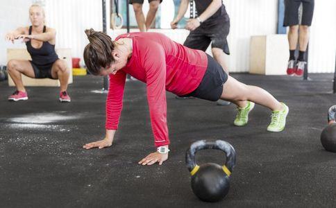 女性做俯卧撑可以丰胸吗 如何用俯卧撑来丰胸 女性怎样做俯卧撑丰胸