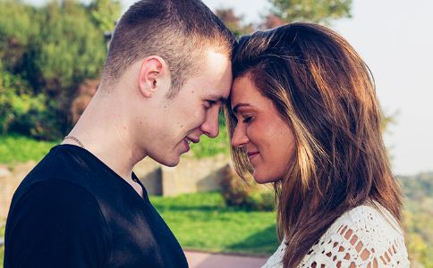 如何判断男人爱不爱你 男人爱你的细节 男人爱你的表现