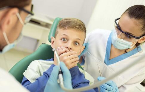 自己拔牙丝毫不痛 什么是先天性无痛无汗症 先天性无痛无汗症的表现
