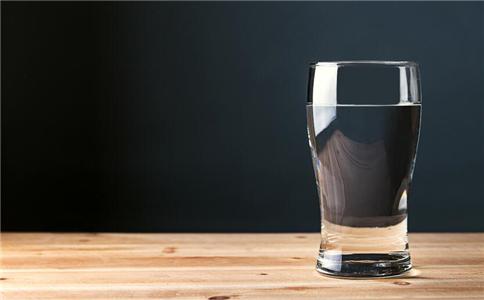 喝水有什么好处 哪些人不宜多喝水 哪些人要多喝水