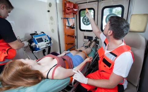 出现骨折要怎么办 骨折的急救方法有哪些 骨折要如何急救
