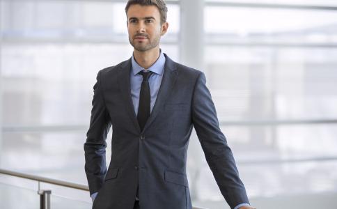 男人穿什么西装好 男人如何挑选西装 如何挑选适合的西装