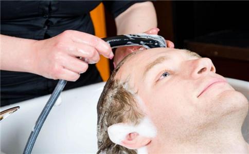 盐水洗头能生发吗 盐水洗头有什么好处 盐水洗头可以治疗脱发吗