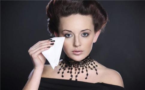 用卸妆油要用什么水洗 如何正确使用卸妆油 卸妆油怎么使用