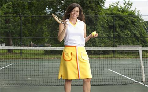 打网球健身美体 发曲线球的技巧
