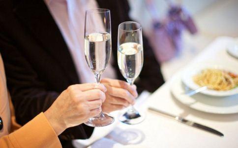 酒精过敏怎么治疗 如何预防酒精过敏 酒精过敏和酒精不耐受的区别