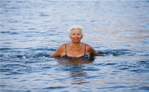 老年人游泳的6个好处 需注意事项