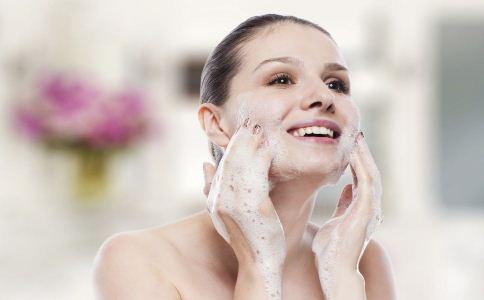 黑头粉刺如何去除 去除黑头粉刺的方法 夏季如何保养肌肤