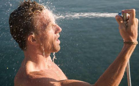 夏天不宜洗冷水澡 40度左右最养生