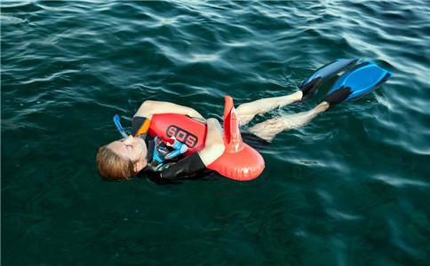 仰泳的9大技巧 学好了能水上漂