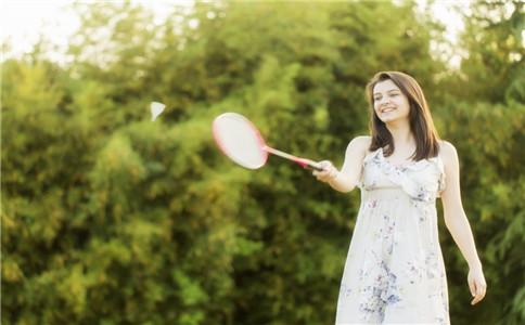 打羽毛球提升眼力 注意避免拉伤