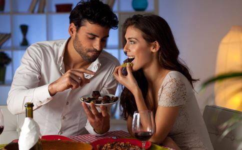 高校曝情侣亲密照 如何正确谈恋爱 大学生如何树立正确恋爱观