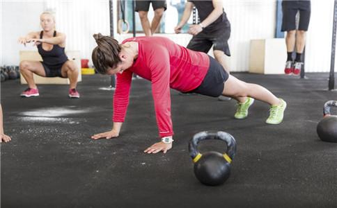 怎么做俯卧撑 女性练俯卧撑的好处 女性俯卧撑要注意什么