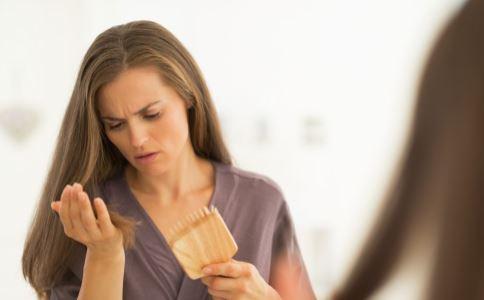 产后脱发的原因有哪些 如何避免产后脱发 产后脱发严重怎么办