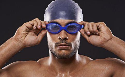 夏季游泳要注意什么 夏季游泳怎么放松身体 夏季游泳的方法