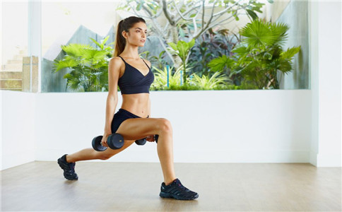 弓步负重深蹲练习 增强全身力量