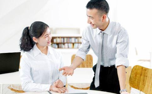 社交搭讪的方法 如何使用肢体语言 肢体语言的使用方法