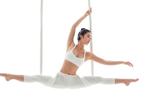 港姐林芷嘉做空中瑜伽 林芷嘉做空中瑜伽秀身材 空中瑜伽的好处