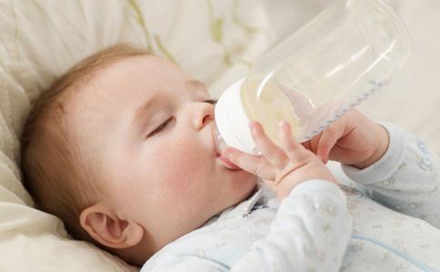 宝宝吃多少奶粉 宝宝一天吃多少克奶粉 婴儿一天吃多少奶粉