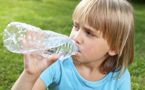 幼儿夏季保健常识 多喝水忌生冷