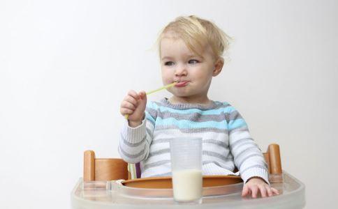 宝宝奶粉要喝到几岁 宝宝吃奶粉吃到几岁 宝宝喝奶粉到几岁好