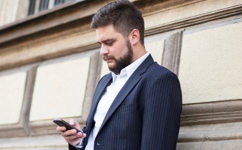 男人怎么挑选西装的颜色 穿西装要注意哪些细节 怎么挑选合适的西装