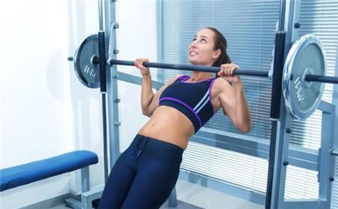 平板杠铃卧推怎么练 怎样提高卧推水 平板杠铃卧推有哪些训练方法
