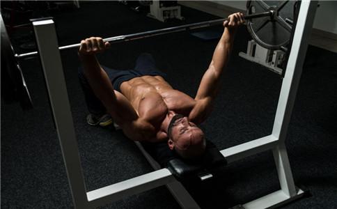 杠铃平板卧推注意事项 平板杠铃卧推动作要领 平板卧推胸肌怎么发力