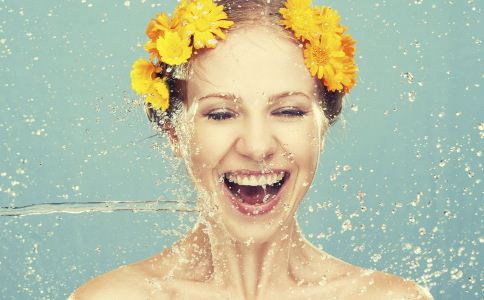 夏季如何为肌肤补水 夏季肌肤补水的方法 肌肤补水的错误方法