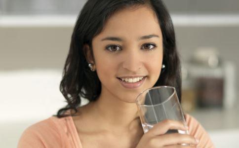 夏季喝水要注意什么 如何喝水好 喝水有什么好处