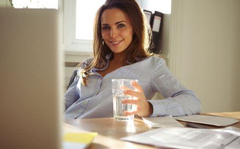 女人如何健康喝水 女人喝水的好处 女人怎么喝水好
