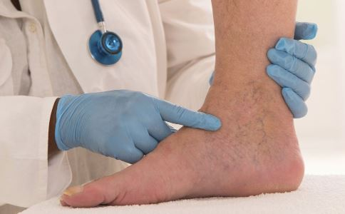 脚扭伤要怎么急救 脚扭伤了要怎么办 脚扭伤的急救方法