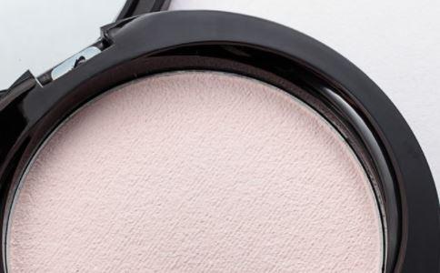 粉饼如何使用 粉饼的使用方法 如何挑选粉饼