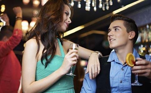 夫妇夜游遭迷魂 酒吧喝酒如何避免被下药 喝酒避免被下药的方法