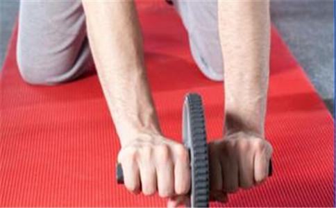 盘点健腹轮的六种使用方法 练习健腹轮要注意什么