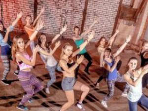 美女跳舞帮减压 学生减压的六种方法