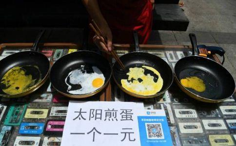 小伙太阳底下卖煎蛋 太阳下卖煎蛋 中暑如何急救