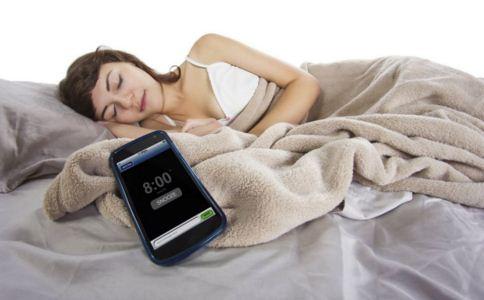 玩手机会导致内分泌失调吗 手机与内分泌有什么关系 吃什么可以降低辐射