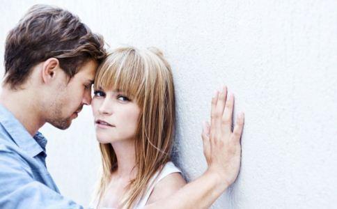 男人联系前女友的心理 男人为什么联系前女友 哪种男人最忘不了前女友