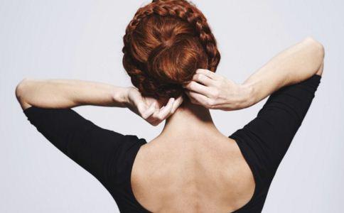 女人背上长痘痘的原因 背上长痘痘怎么消除 女人背上长痘痘怎么办