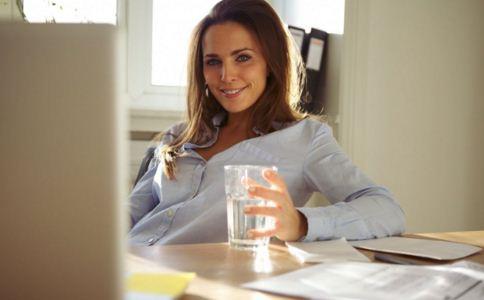 女人多喝水的好处 哪些人更应该多喝水 多喝水可以缓解哪些病
