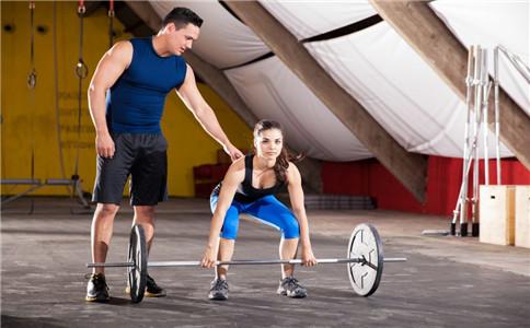 杠铃屈膝硬拉怎么练 杠铃屈膝硬拉练哪里 硬拉注意事项