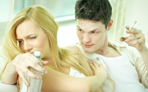 怎么知道男生是否喜欢自己 男生喜欢自己的表现 男生彻底爱上自己的表现