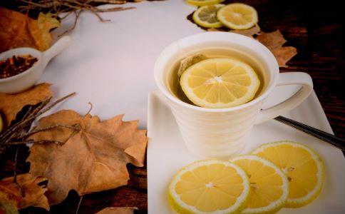 柠檬水怎么喝才好 柠檬水喝多会怎么样 怎么喝柠檬水好