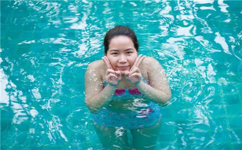 怎样游泳原地踩水 会踩水有什么好处 深水区如何踩水