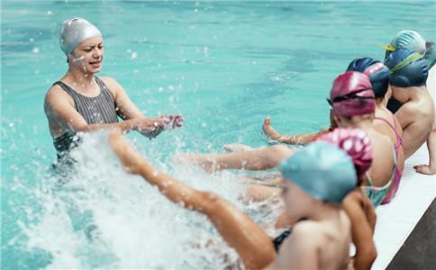 自由泳如何踩水 自由泳如何学会 自由泳有什么好处