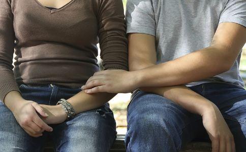 怎么看出一个男人是否真的爱自己 男人深爱一个女人有什么表现 什么细节可以表现男人的爱