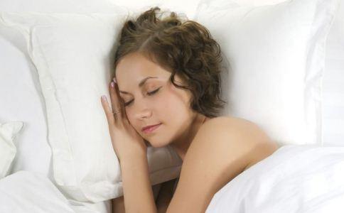 裸睡可以治疗痛经吗 女性裸睡的好处 裸睡的注意事项
